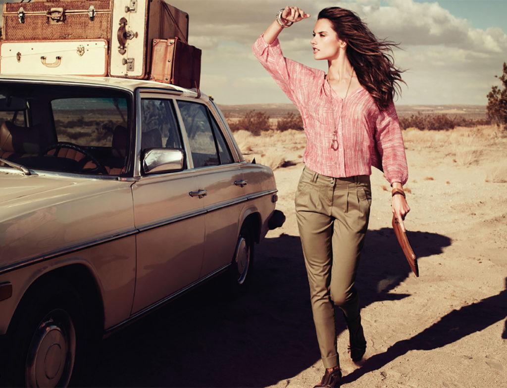 чиносы темные под блузку рубашка розовая