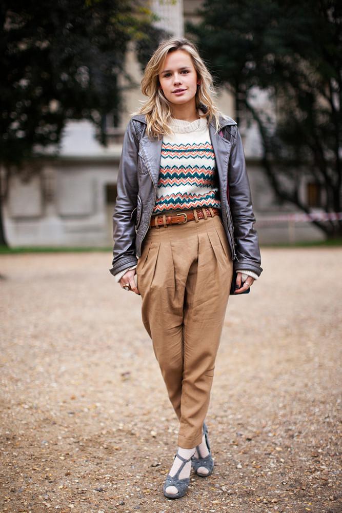 чиносы коричневые под кожаную куртку свитер в принт