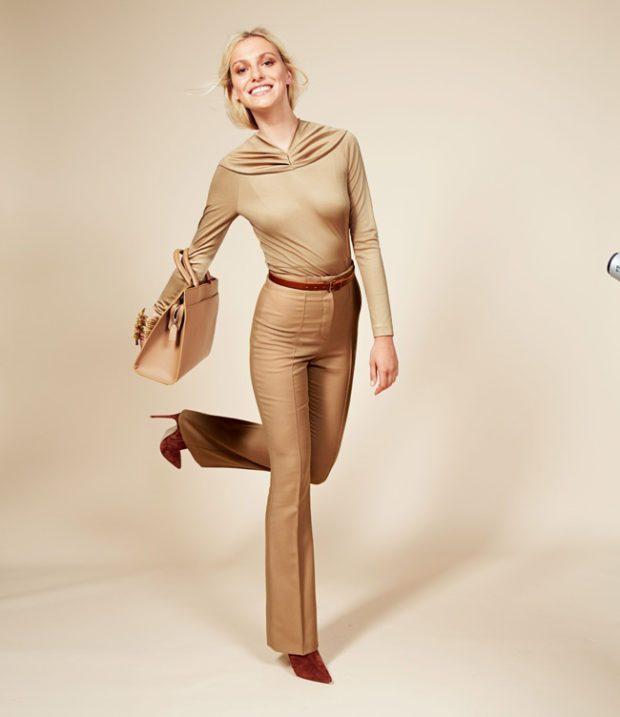 с чем носить брюки с завышенной талией: золотого цвета с поясом коричневым