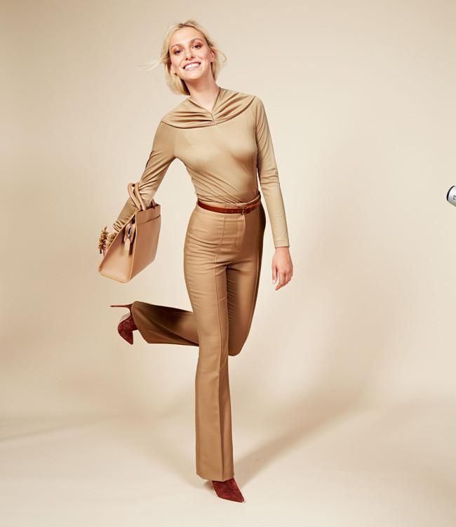 брюки с завышенной талией золотого цвета с поясом коричневым