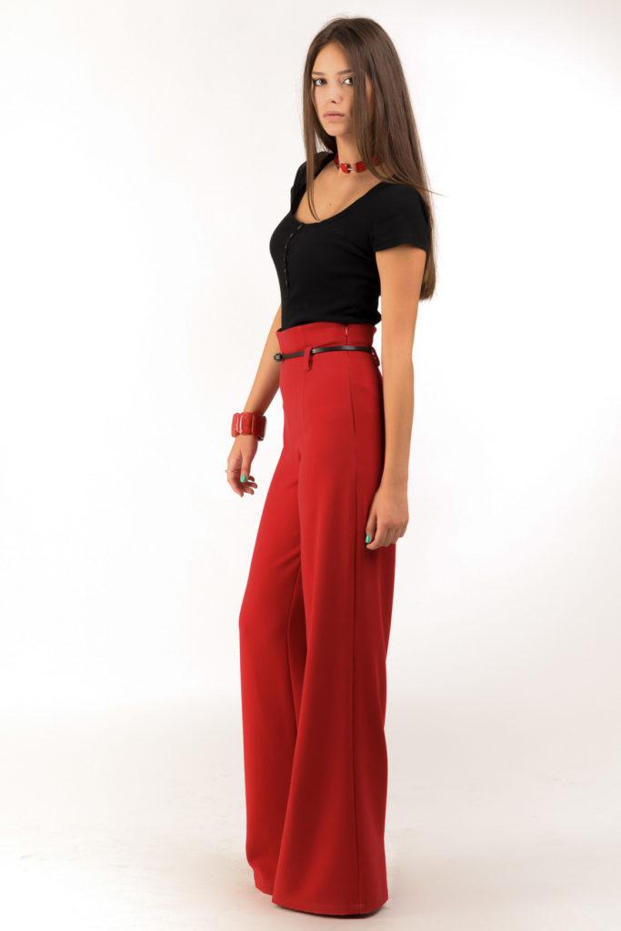 брюки с завышенной талией красные с поясом и с футболкой