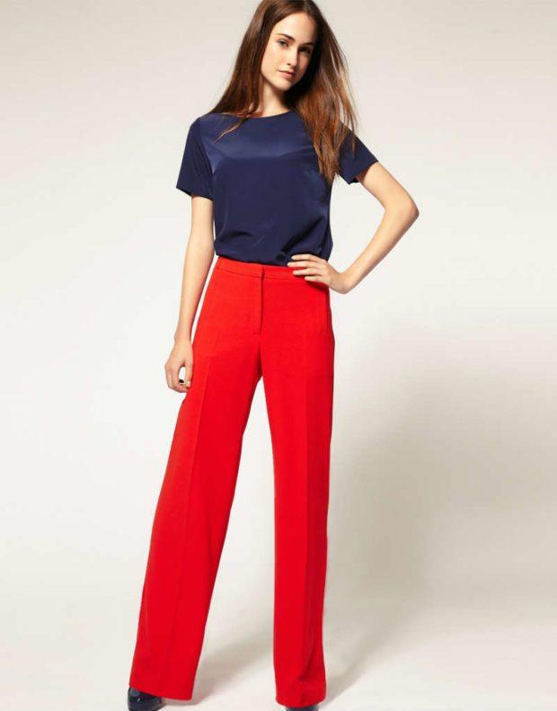 с чем носить брюки с завышенной талией: красные с футболкой