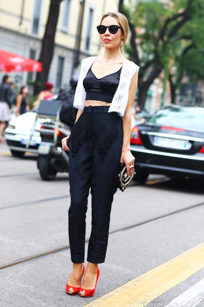 брюки с завышенной талией черные с футболкой