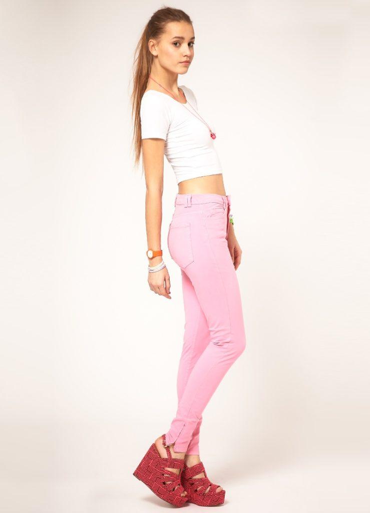 брюки с завышенной талией розовые с футболкой