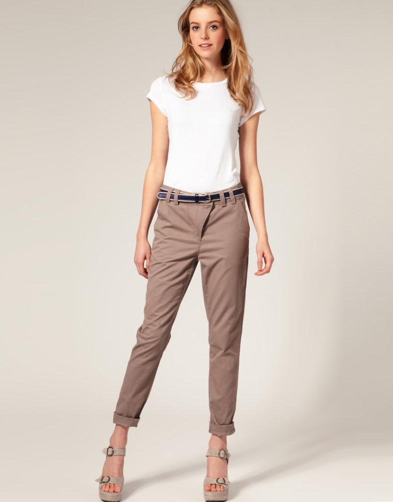 брюки с завышенной талией коричневые с футболкой и с поясом
