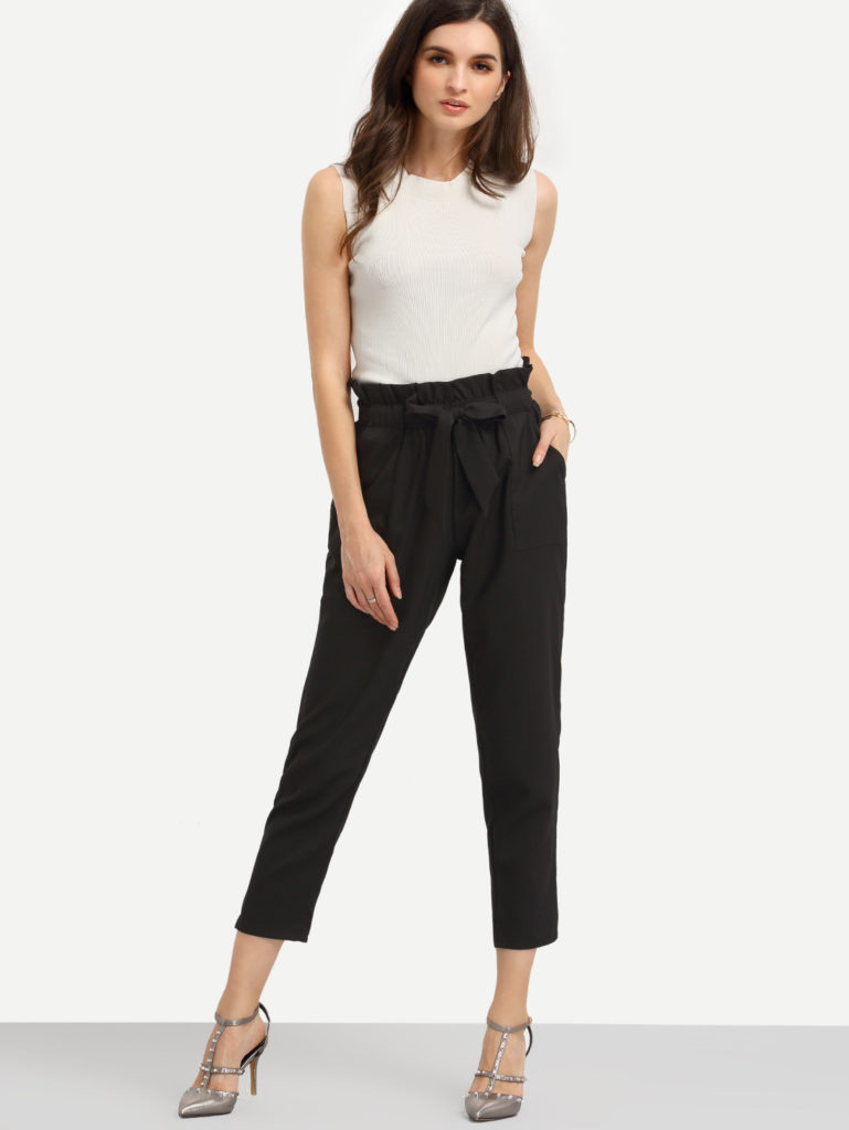 брюки с завышенной талией черные с поясом и футболкой