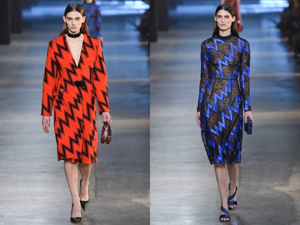 модные принты осень зима 2019-2020: пальто красное с черным зигзагом синее платье