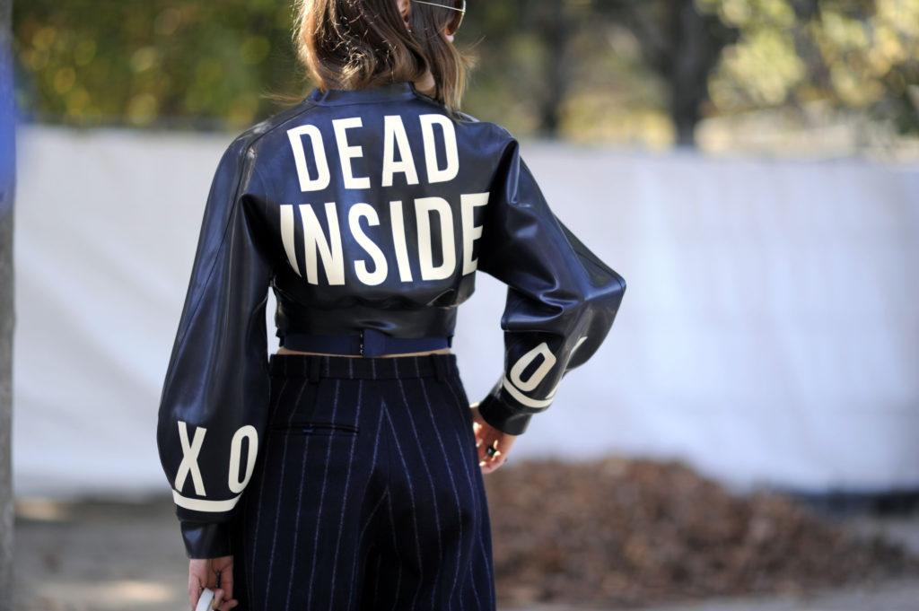 в надписи куртка короткая