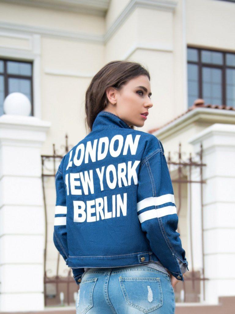 в надписи куртка голубая джинса