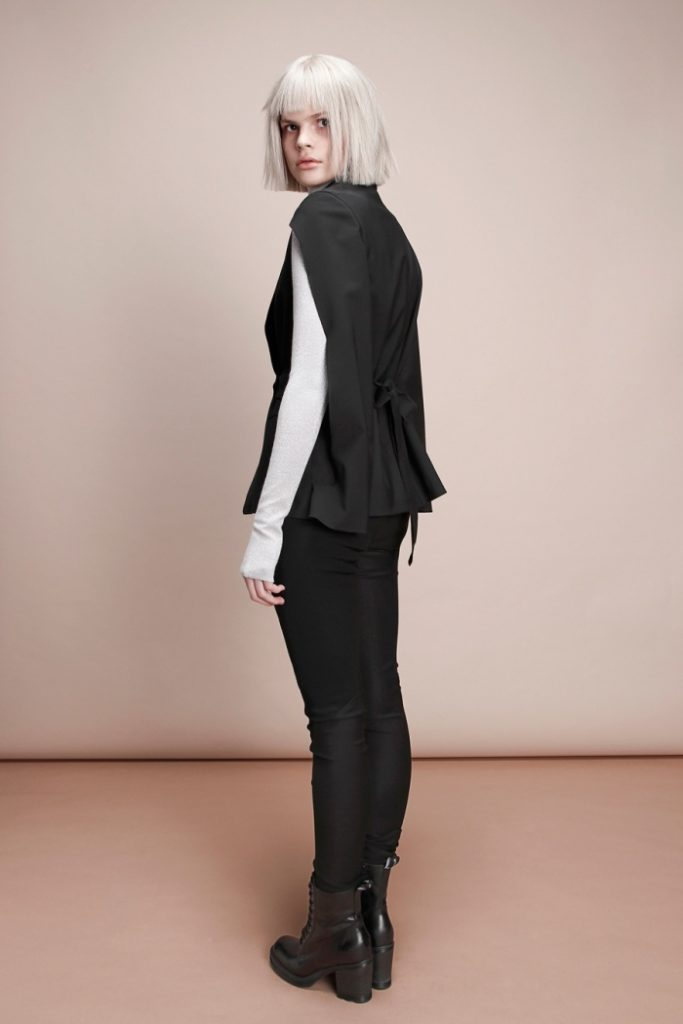 женские жакеты: кейп черный с поясом сзади