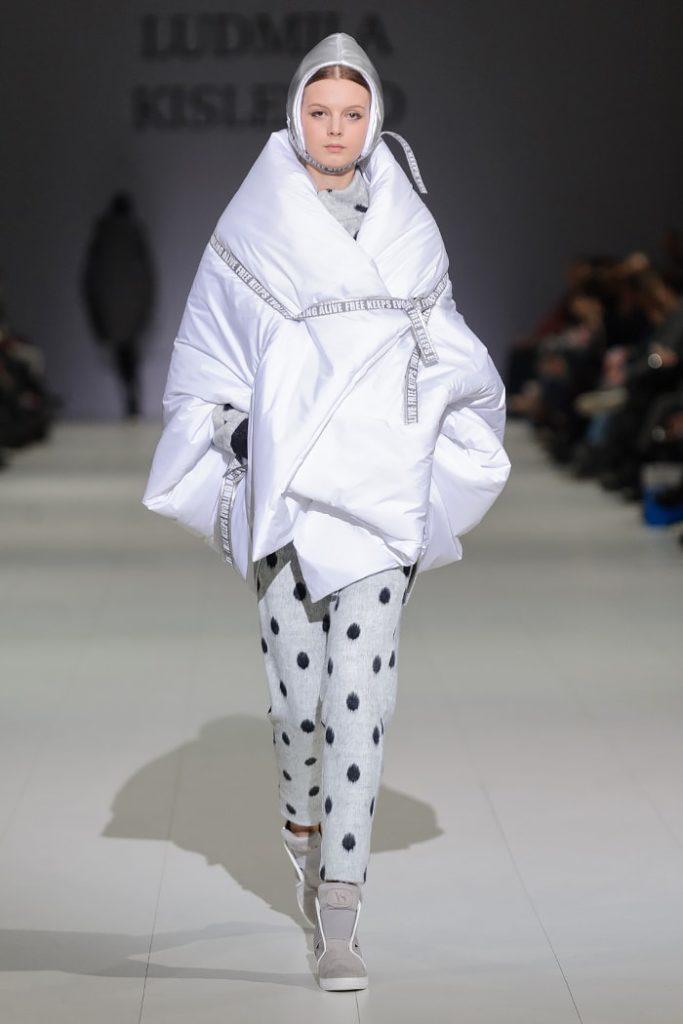 модный белый асимметричный пуховик