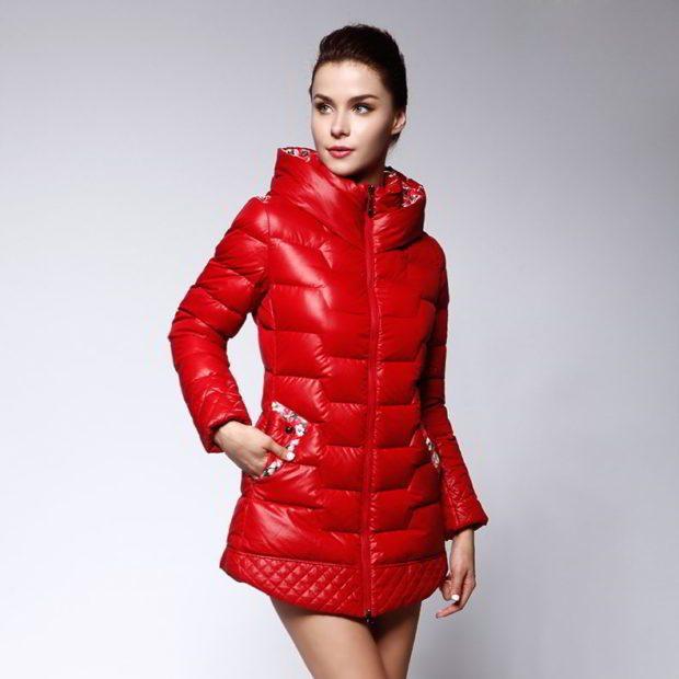 женские пуховики осень-зима: красного цвета и высокой горловиной