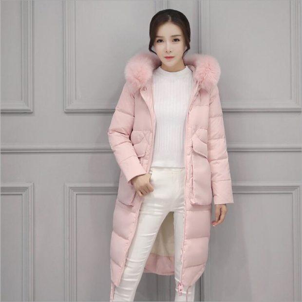 модные пуховики: розовый с меховым воротником