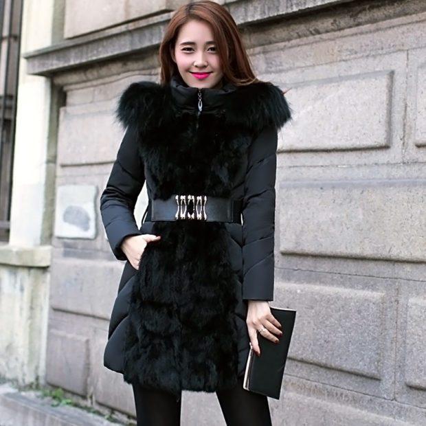 модные пуховики: черный с меховыми вставками