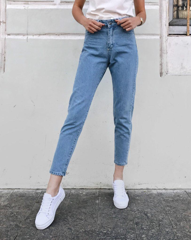 джинсы под белые кеды