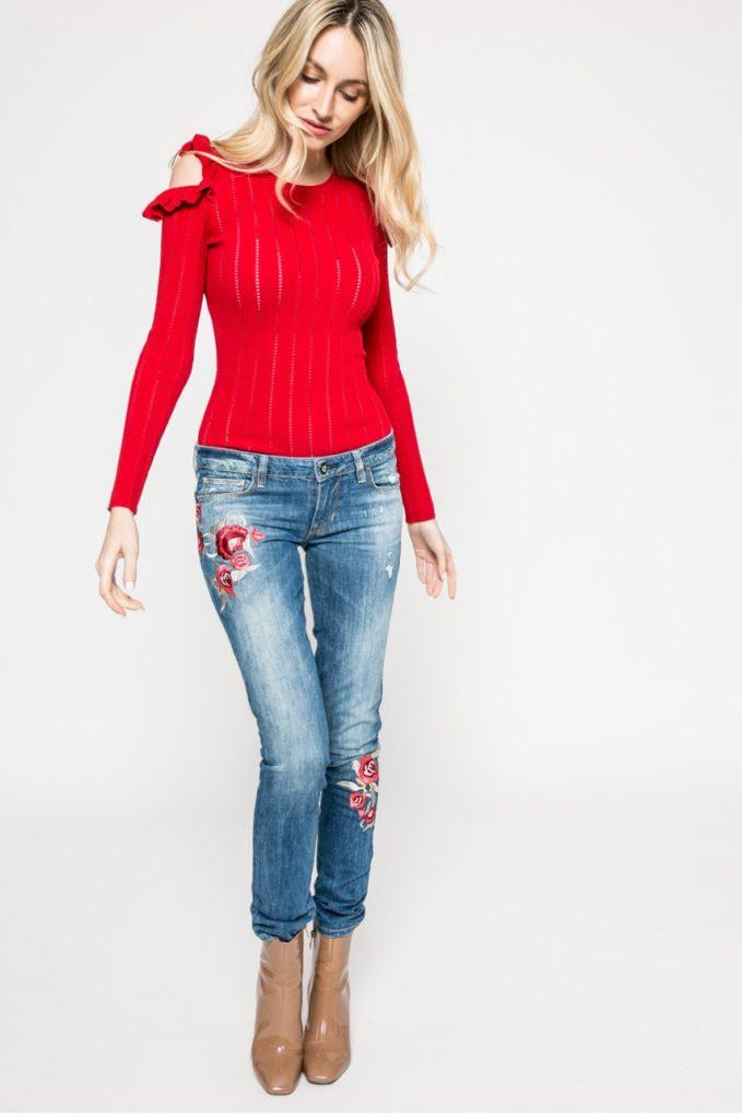 джинсы под свитер красный короткий