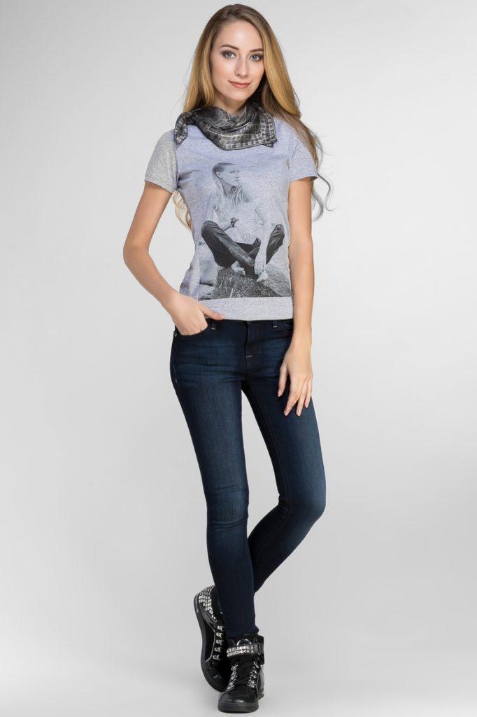 джинсы под футболку с принтом