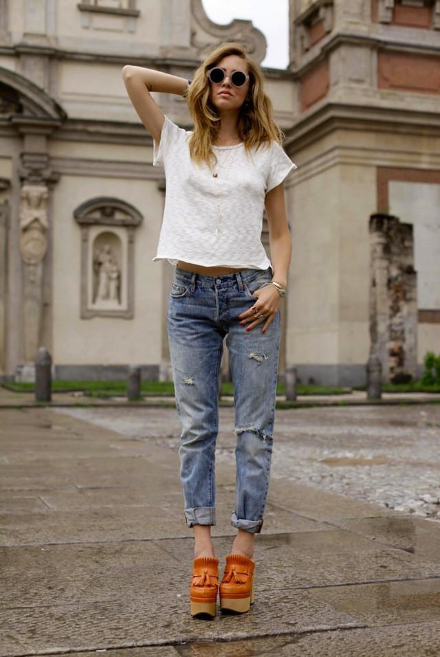 с чем носят джинсы: белый топ