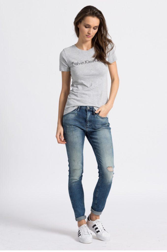 джинсы под футболку серую по фигуре
