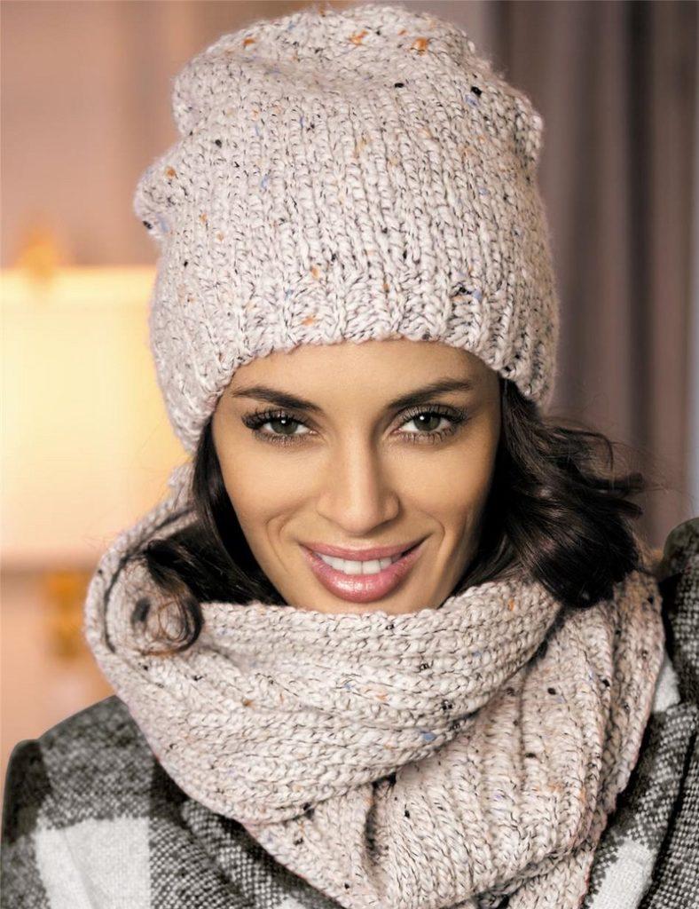 шапка осень-зима: вязаная светлая с шарфом в тон