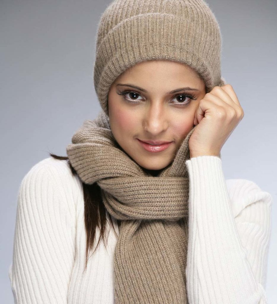 вязанная шапка светло-коричневая с шарфом в тон