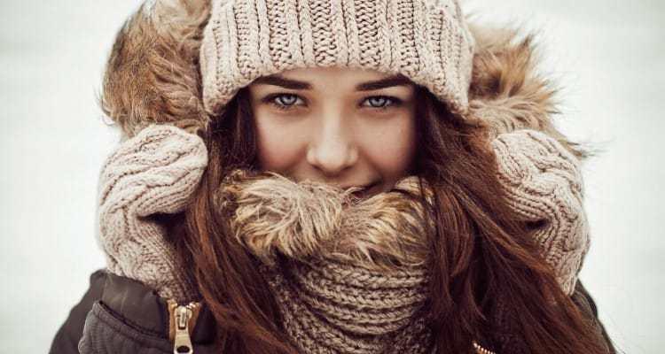 вязанная шапка светлая с шарфом в тон