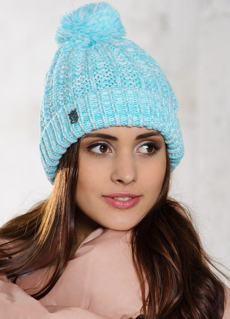 шапка осень-зима: вязаная голубая с бубоном