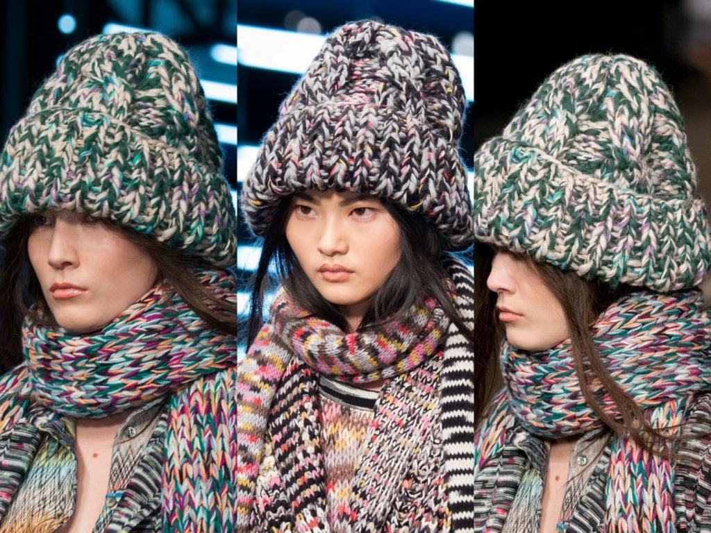 шапка осень-зима: модная вязанная крупная с шарфом в тон