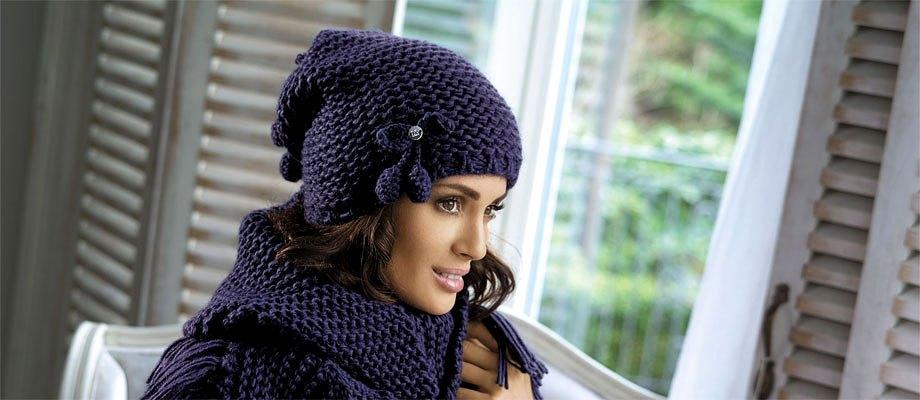 вязаная шапка синяя с шарфом в тон