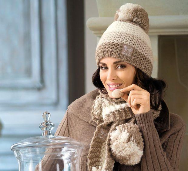 шапка осень-зима: вязанная светлая с шарфом в тон с бубоном