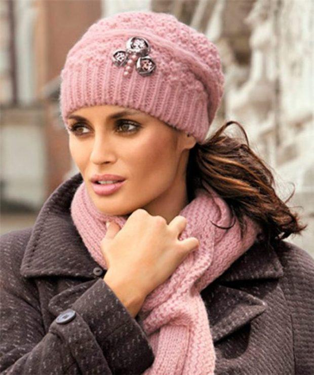 шапка осень-зима: вязаная розовая с шарфом в тон
