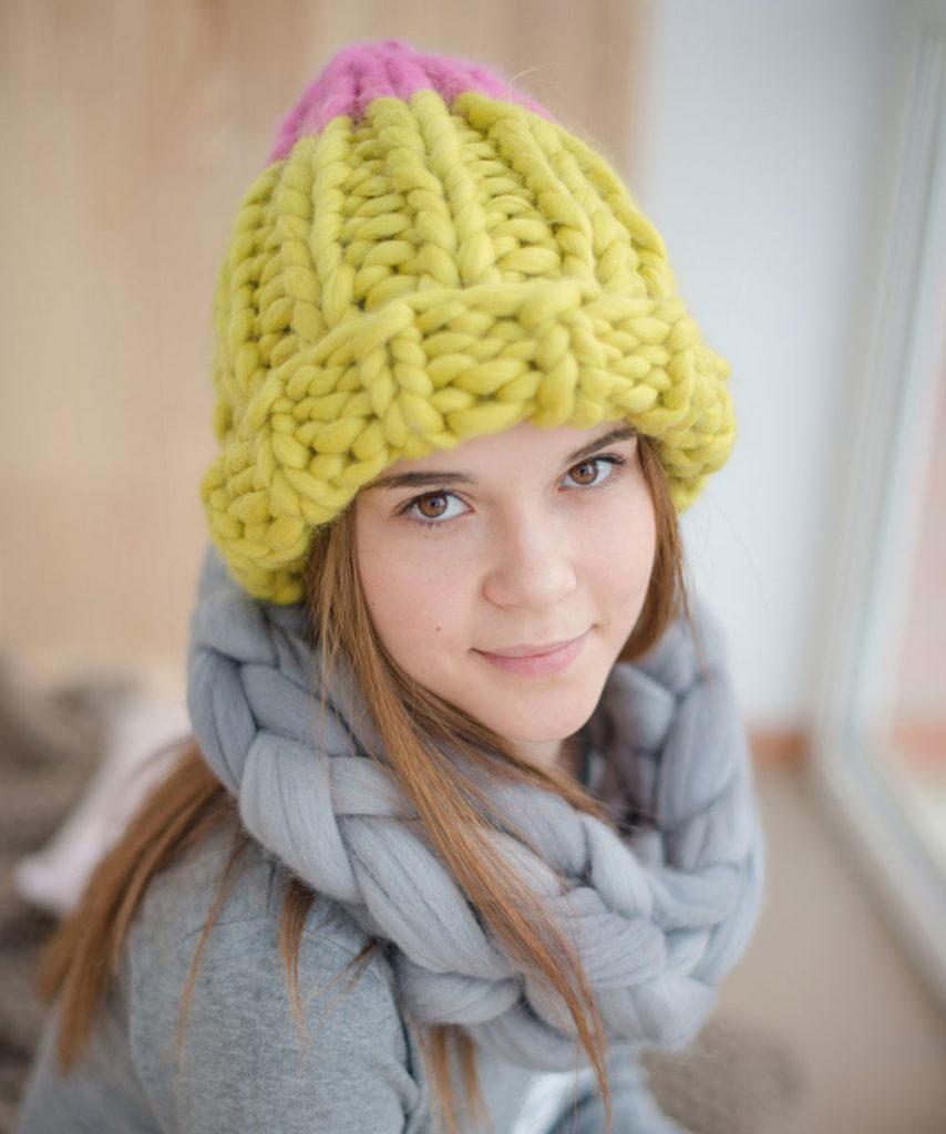 шапка осень-зима: крупная вязка желтая с розовым
