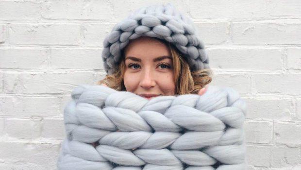шапка осень-зима: крупная вязка серо-голубая