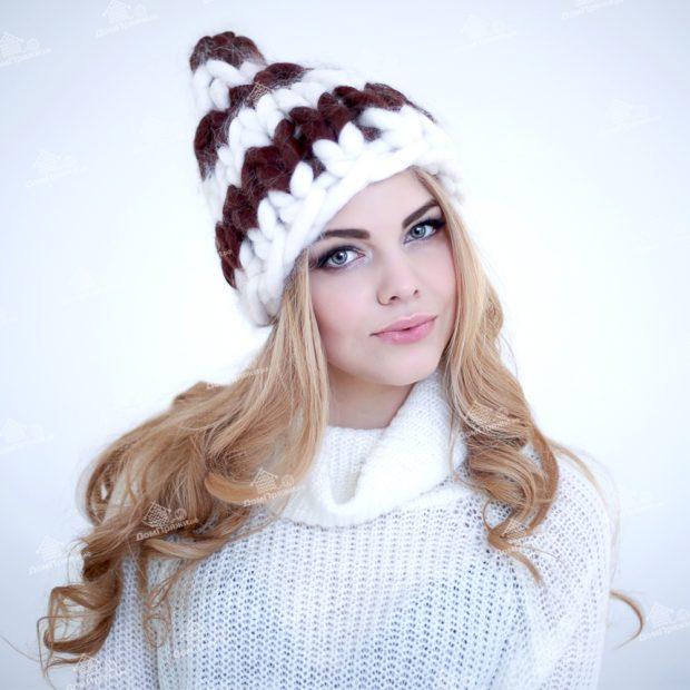 шапка осень-зима: крупная вязка белая с коричневым