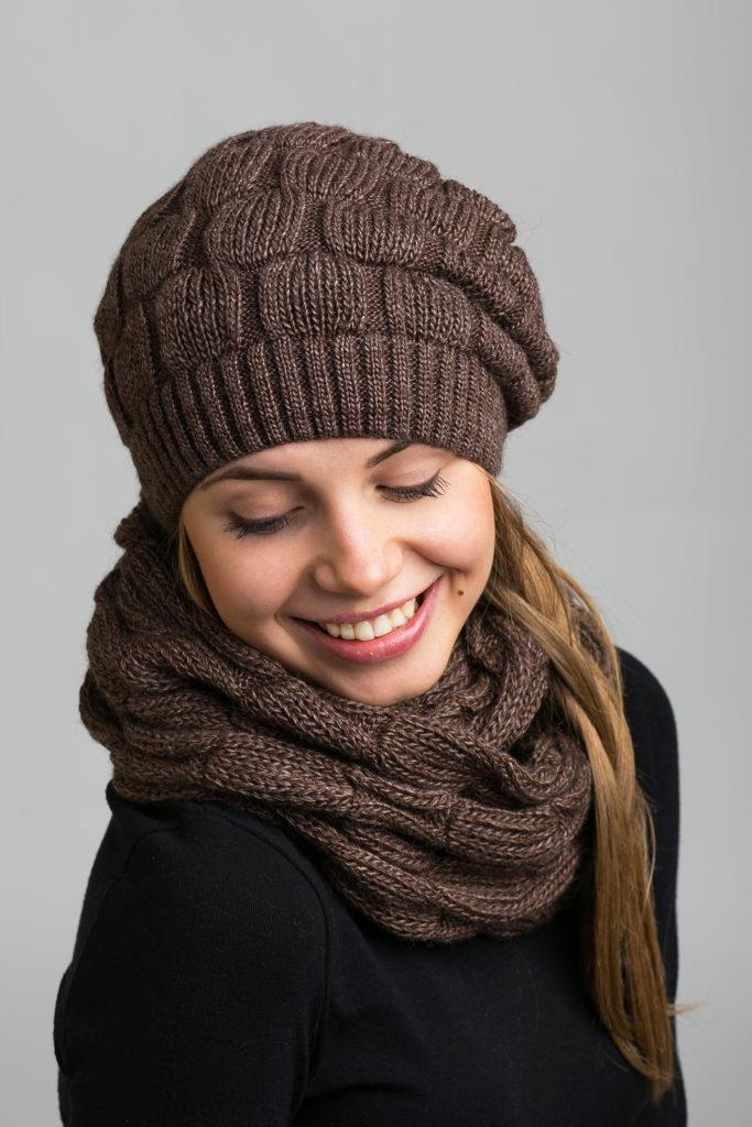 шапка 2019-2020: коричневый вязаный берет с шарфом