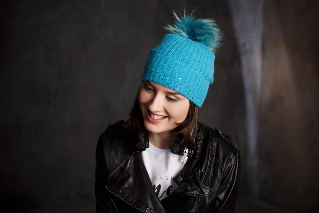 шапка с бубоном голубая