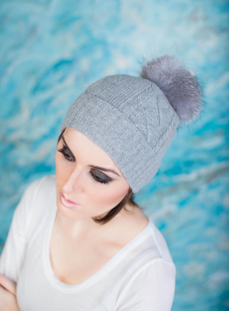 шапка с бубоном серая