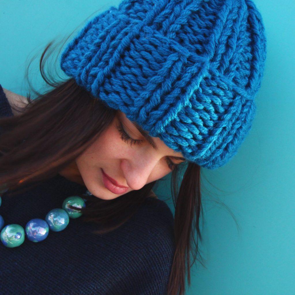 шапка с отворотом синяя крупная вязка