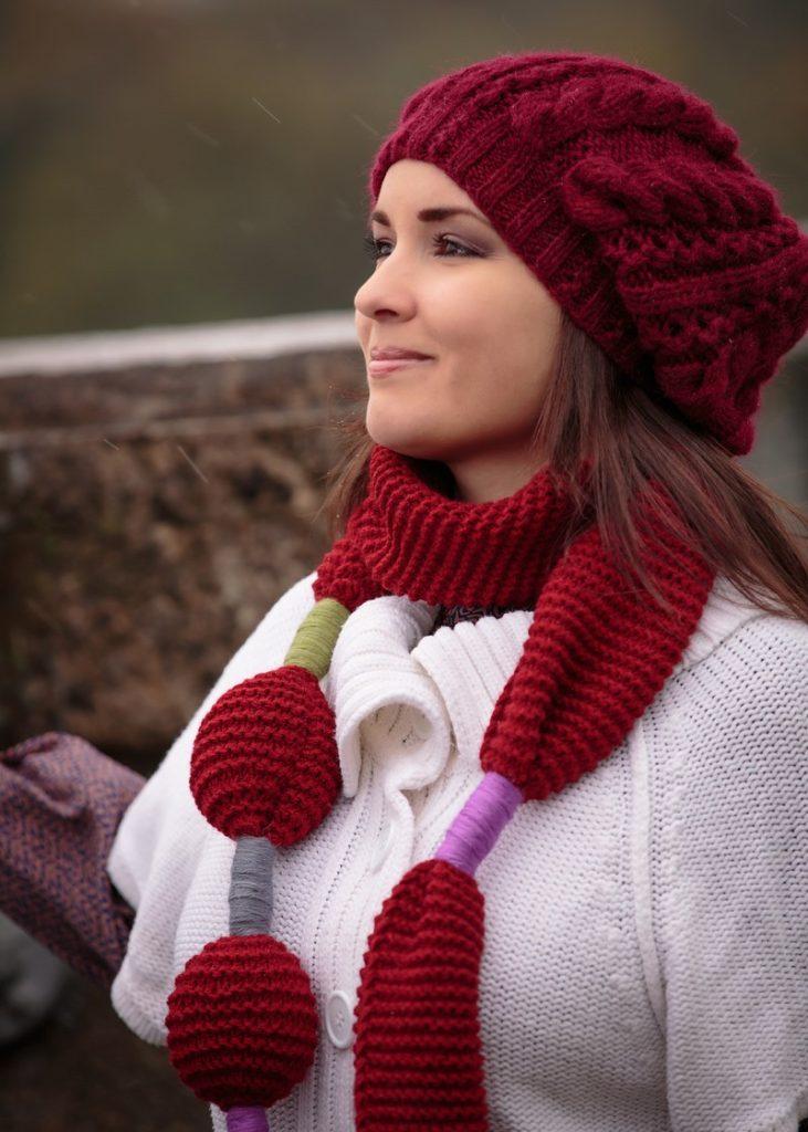 шапки 2019-2020: красный берет шарф в цвет