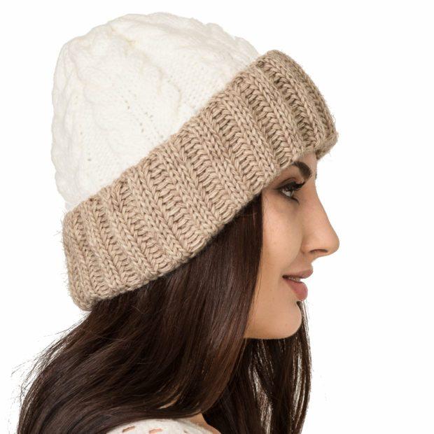 шапки осень-зима: с отворотом белая с коричневым