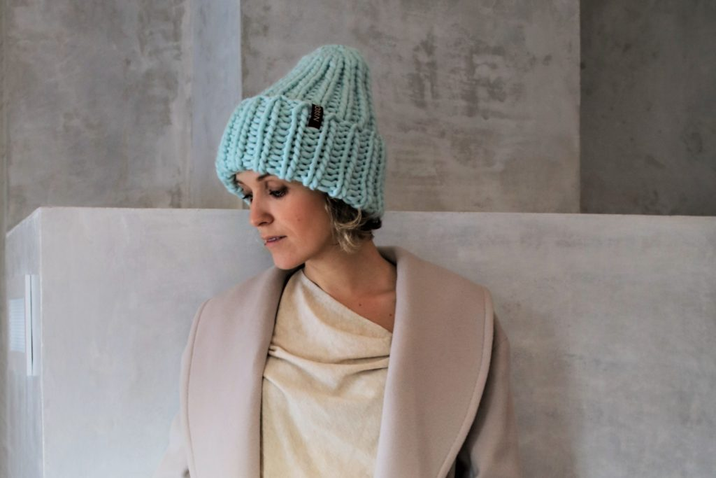 шапка с отворотом крупная вязка голубая