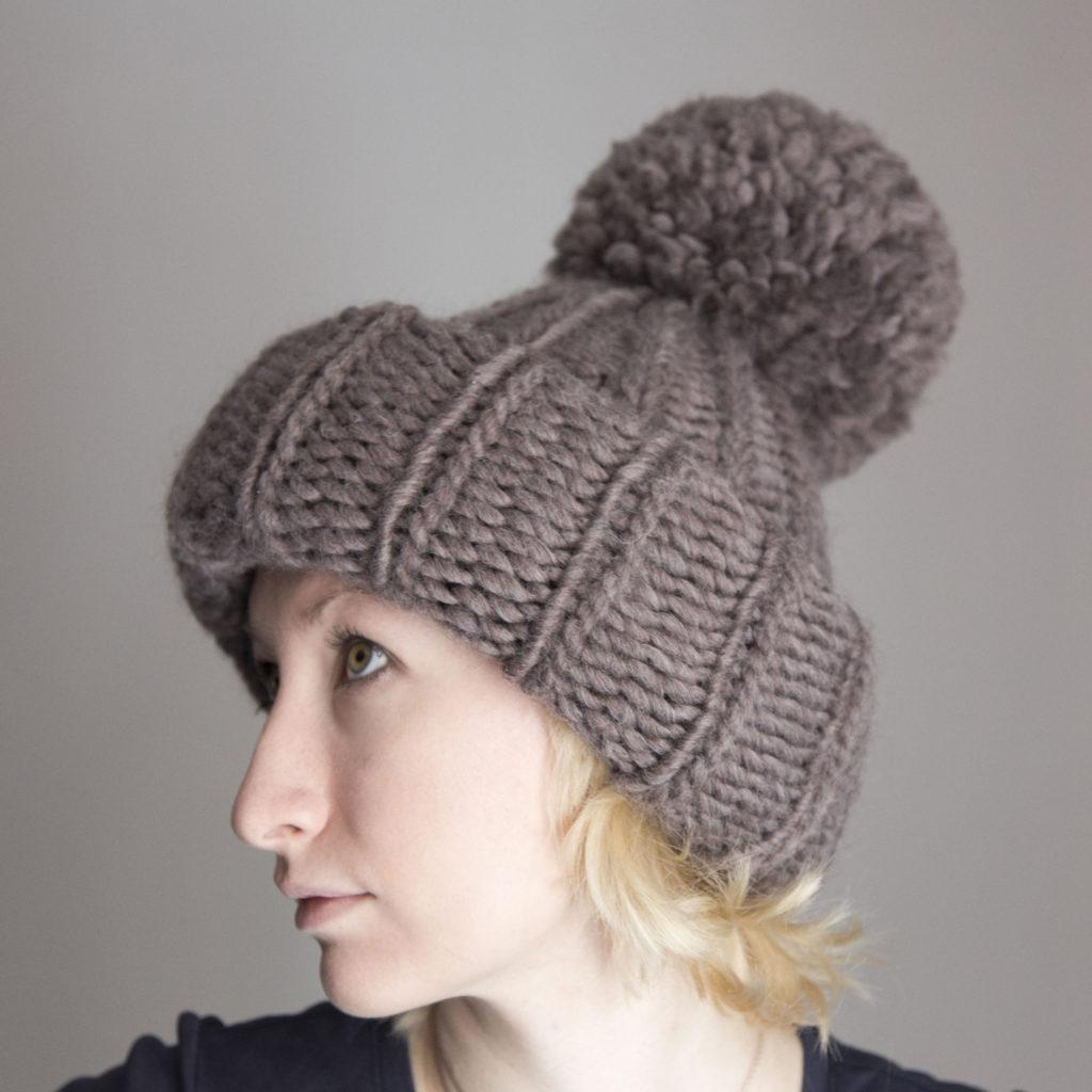 шапки осень-зима: с отворотом серая с бубоном крупная вязка