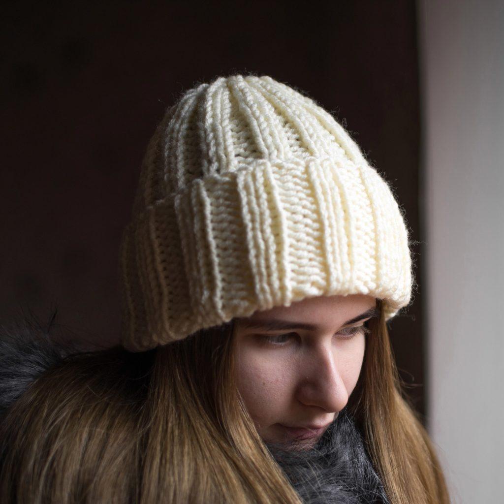 шапка с отворотом белая