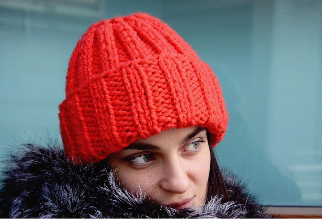 шапка с отворотом красная крупная вязка