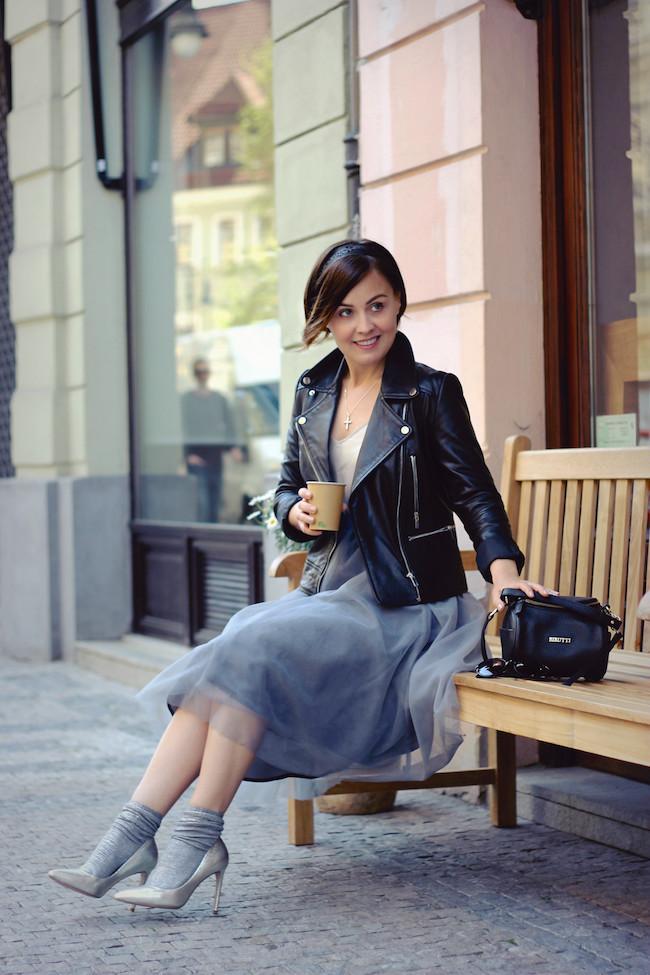 серая юбка пачка под кожаную куртку и каблук