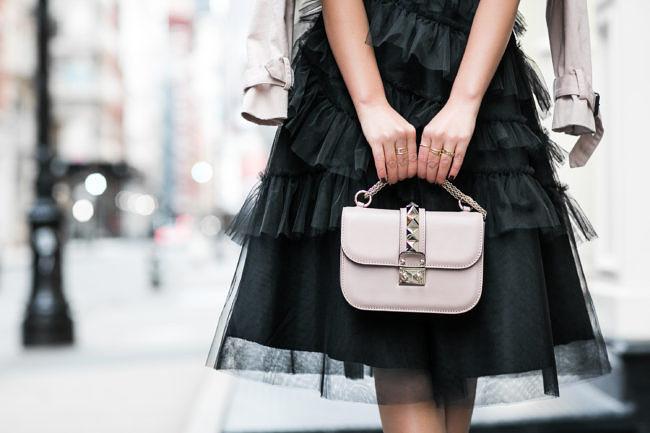 черная юбка пачка под бежевую сумку