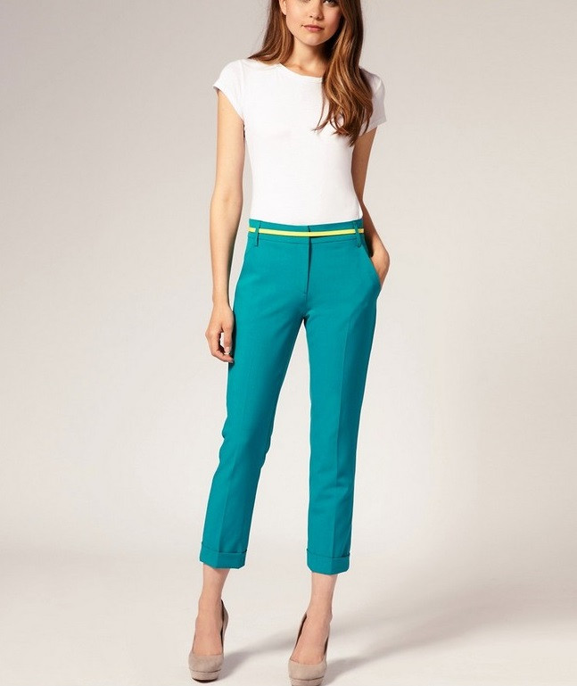 бирюзовые короткие брюки под футболку белую