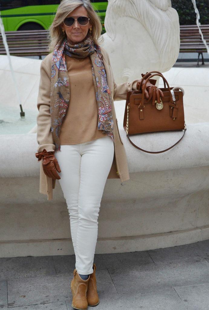 белые штаны под пальто кофейного цвета