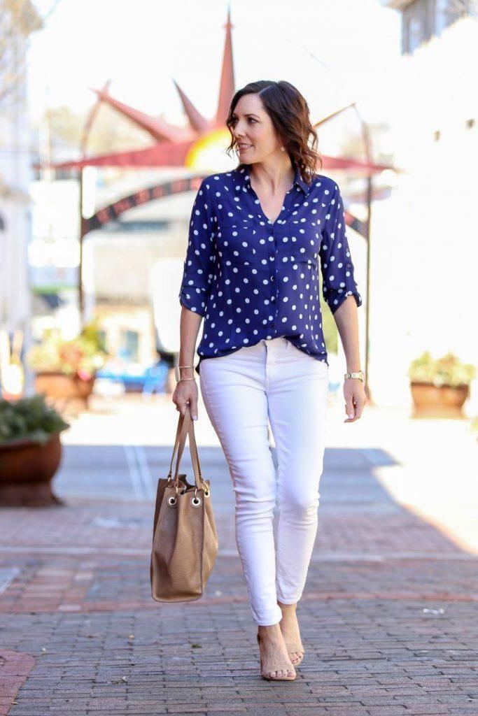 белые штаны под блузку синюю в горох
