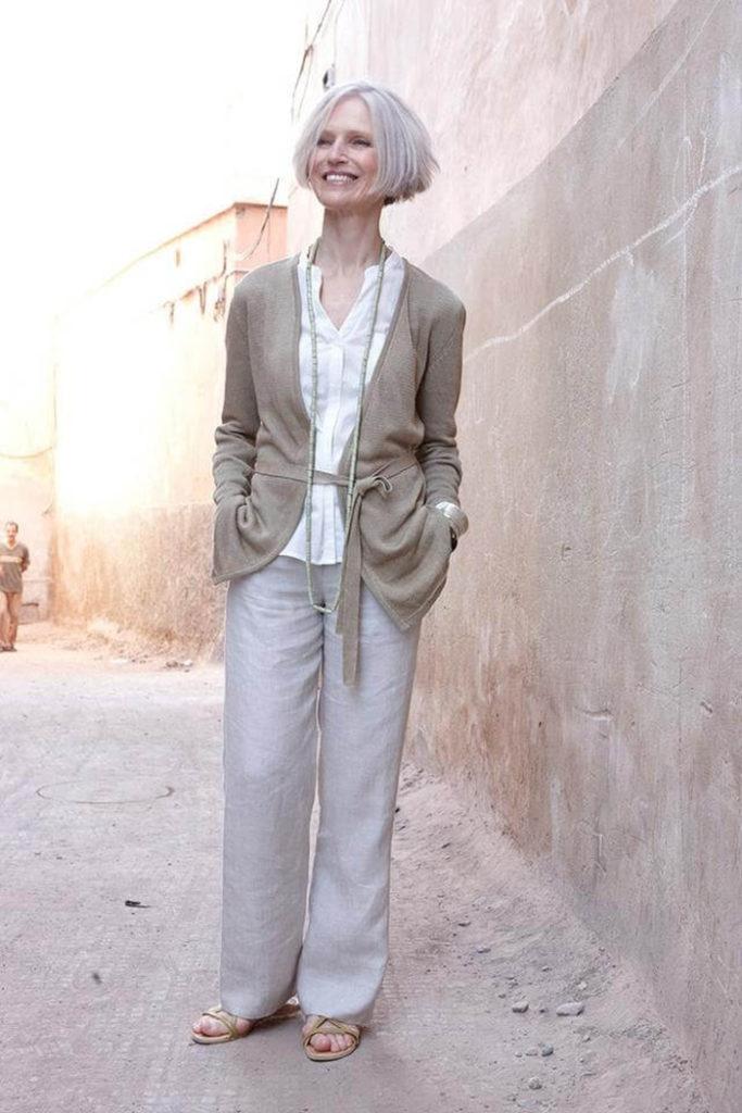 серые брюки широкие под жакет кофейного цвета